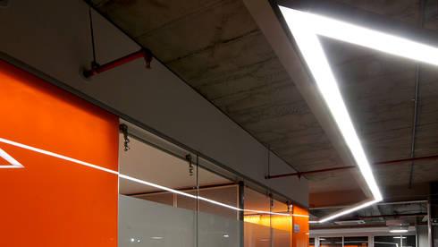 Iluminación Oficinas ACCION PLUS – Cali: Pasillos y vestíbulos de estilo  por Espacio y luz S.A.S.