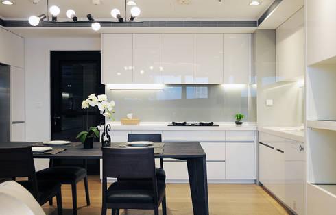 Lin's Residence 林宅:  餐廳 by 構築設計