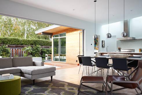 San Carlos Midcentury Modern Remodel: modern Living room by Klopf Architecture