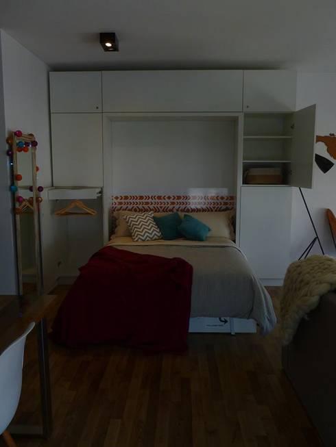 Cama rebatible + Guardado: Dormitorios de estilo  por MINBAI