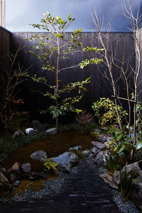京の町屋 改修: 一級建築士事務所 こよりが手掛けた庭です。