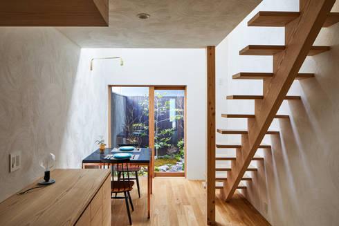 京の町屋 改修: 一級建築士事務所 こよりが手掛けたリビングです。