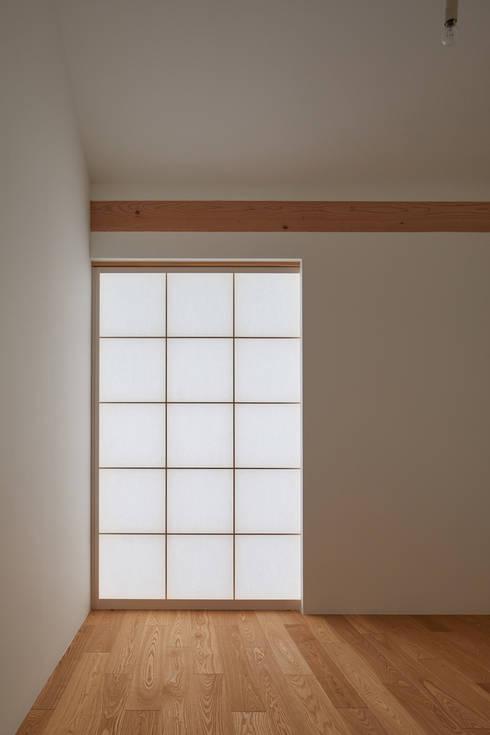 京の町屋 改修: 一級建築士事務所 こよりが手掛けた寝室です。