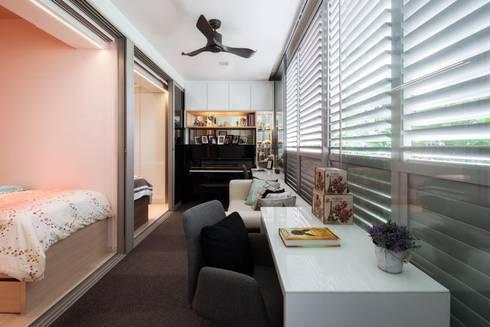 Bartley Residence Interior Design Sinagapore - Living Room:  Corridor, hallway by Posh Home Interior Design