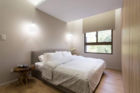 豐悅城-人文風:  臥室 by 宅即變空間微整形