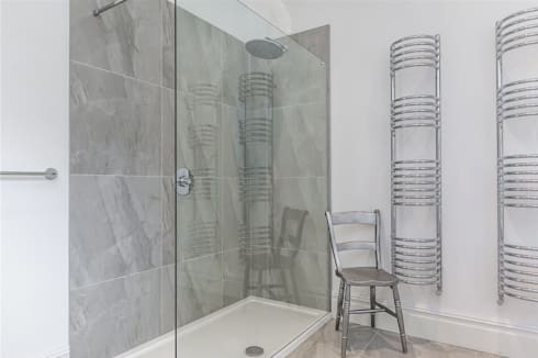Chesilton Road, Fulham, SW6: modern Bathroom by APT Renovation Ltd