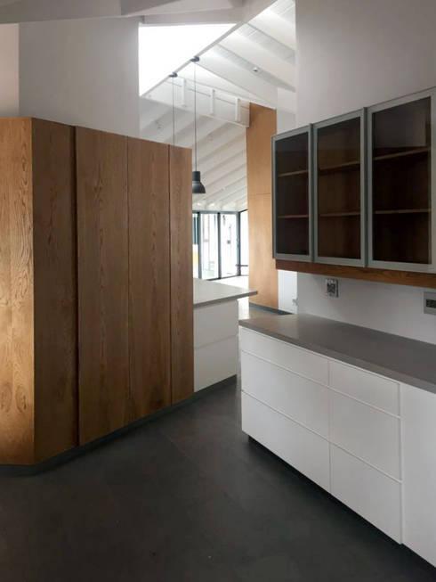 House Faerie Glen: scandinavian Kitchen by Black Canvas Architectural Interiors