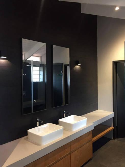 House Faerie Glen: scandinavian Bathroom by Black Canvas Architectural Interiors