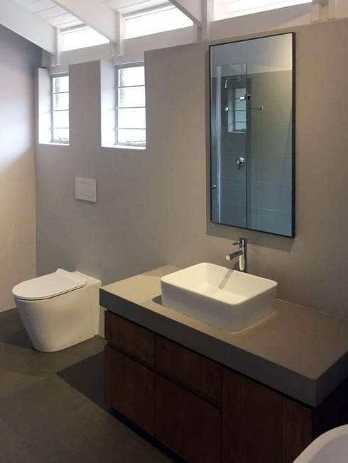 House Faerie Glen:  Bathroom by Black Canvas Architectural Interiors