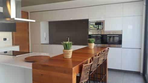 Proyecto Cocina Chicureo: Cocinas de estilo moderno por Muebles Menard