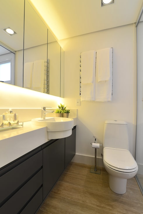 Banho Casal com Armário Suspenso com Espelhos, Iluminação de Led e Cuba de Semi Encaixe: Banheiros  por Danyela Corrêa Arquitetura