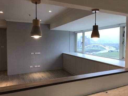 空間魔法 將門片設計成像櫃體一樣 達到整體設計感:  客廳 by 捷士空間設計