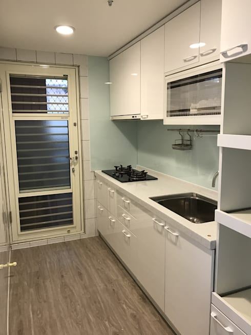 空間魔法 將門片設計成像櫃體一樣 達到整體設計感:  廚房 by 捷士空間設計