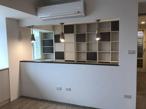 空間魔法 將門片設計成像櫃體一樣 達到整體設計感:  書房/辦公室 by 捷士空間設計