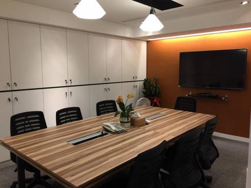 兼具舒適與美觀的辦公空間:  書房/辦公室 by 捷士空間設計