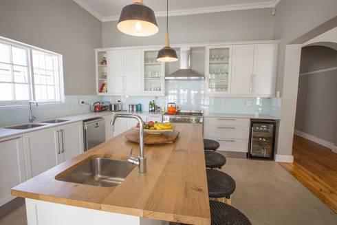 Oranjezicht House #01: classic Kitchen by Kunst Architecture & Interiors