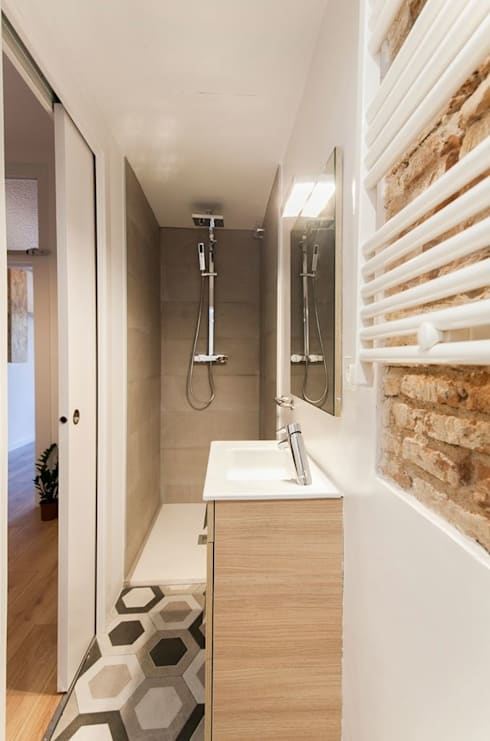 REFORMA DE PISO A LA CALLE NOU RAMBLA, BARCELONA: Baños de estilo moderno de Irabé Projectes