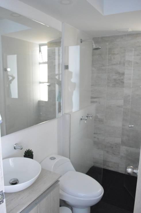 apartamento 603: Baños de estilo minimalista por cadali