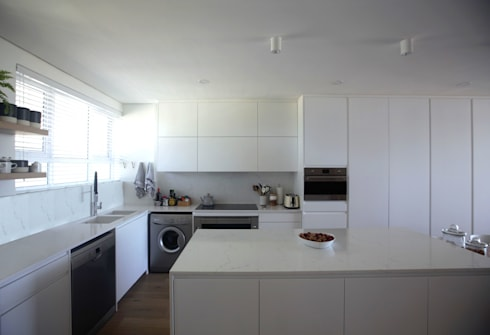 Mouille Point Apartment: modern Kitchen by Kunst Architecture & Interiors