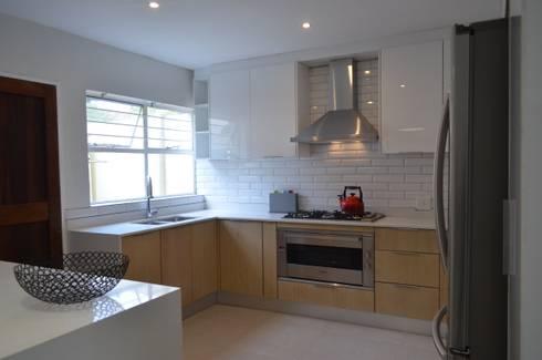kitchen: modern Kitchen by Première Interior Designs