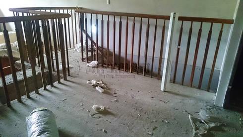 改造前從封死的樓梯上去發現樓板居然只有一半,跟另外兩戶也不相通。:   by wanchan interior / 萬仟工程有限公司