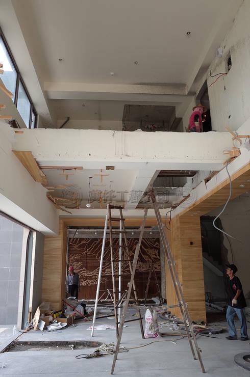 改造前設計師第一步驟就是把天花板和四周木作矮牆拆光光。:   by wanchan interior / 萬仟工程有限公司
