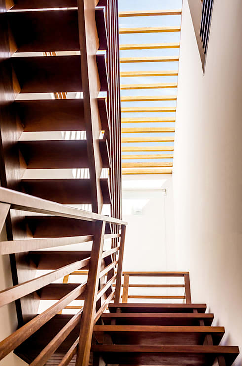 Pasillos y hall de entrada de estilo  por Aresto Arquitetura