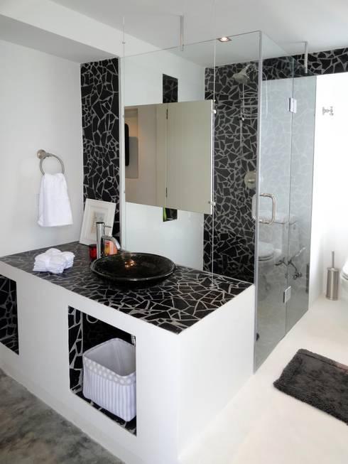 Apartamento de Playa: Baños de estilo minimalista por RRA Arquitectura