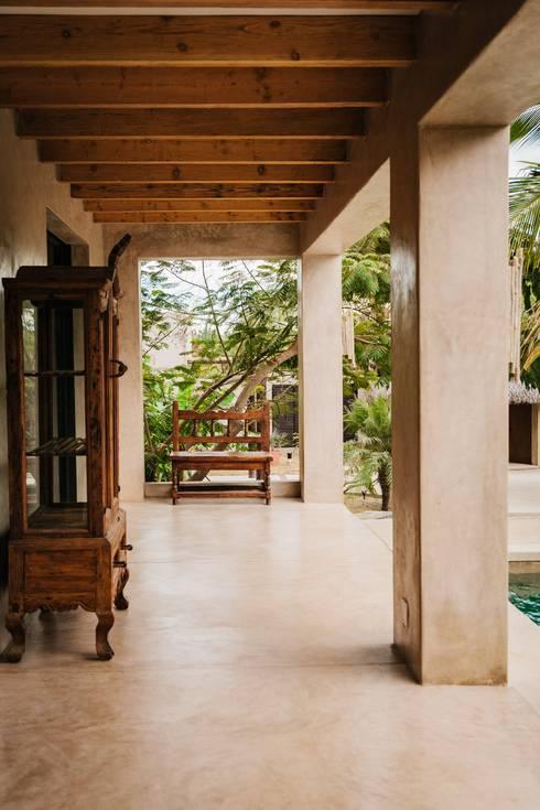 CASA AGUA LUNA: Pasillos y recibidores de estilo  por HA Arquitectos