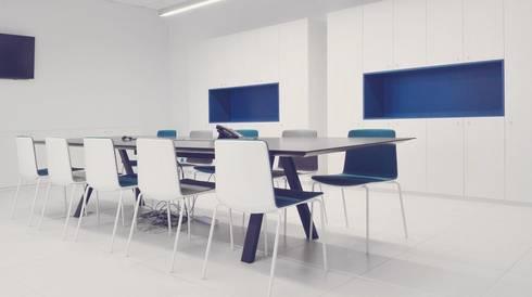 Sala De Reuniões Nova Arcada: Escritórios E Espaços De Trabalho Por MOYO  Concept