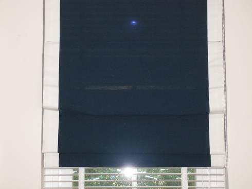 ม่านพับกุ้นขอบข้างซ้อนมู่ลี่ไม้สีขาว:  หน้าต่างและประตู by C&M