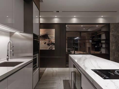 絢染.縱觀:  廚房 by 拾葉 建築室內設計