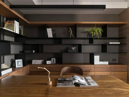 絢染.縱觀:  書房/辦公室 by 拾葉 建築室內設計