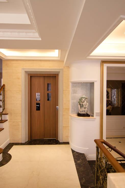 電梯:  走廊 & 玄關 by Hi+Design/Interior.Architecture. 寰邑空間設計