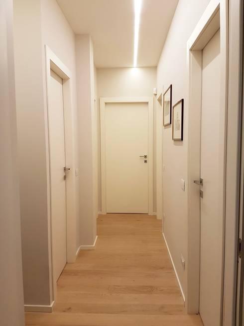 Casa Ellecì: Ingresso & Corridoio in stile  di SuMisura