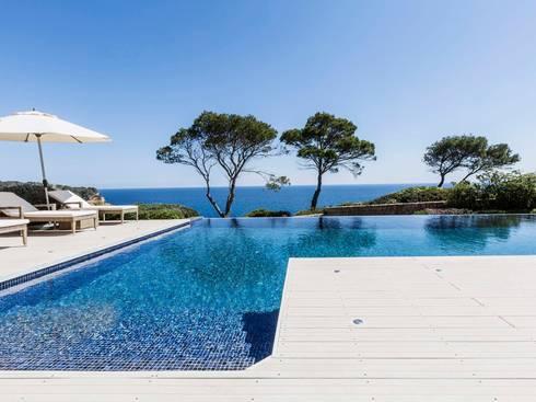 naturstein villa mit infinity pool und pflegeleichten premium wpc terrassendielen massiv von. Black Bedroom Furniture Sets. Home Design Ideas