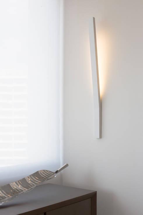 Iluminación en pared: Paredes y suelos de estilo  por Monica Saravia