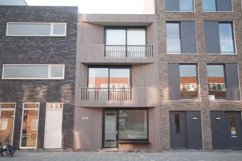 voorgevel van hout: moderne Huizen door 8A Architecten
