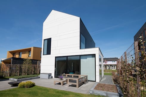 achtergevel: moderne Huizen door 8A Architecten