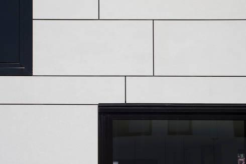gevel van Eternit: moderne Huizen door 8A Architecten