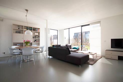 woonkamer: moderne Woonkamer door 8A Architecten