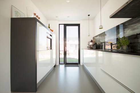 keuken: moderne Keuken door 8A Architecten