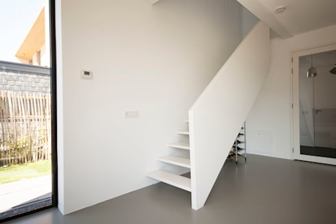 trap: moderne Woonkamer door 8A Architecten