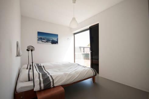 hoofdslaapkamer: moderne Slaapkamer door 8A Architecten