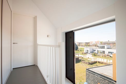 overloop 2e verdieping: moderne Gang, hal & trappenhuis door 8A Architecten