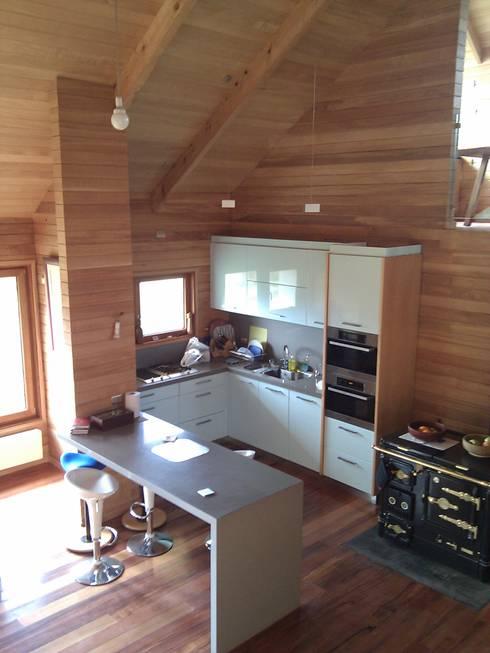 DISEÑO DE CASA EN COYHAIQUE: Cocinas de estilo  por Dušan Marinković - Arquitectura - Santiago