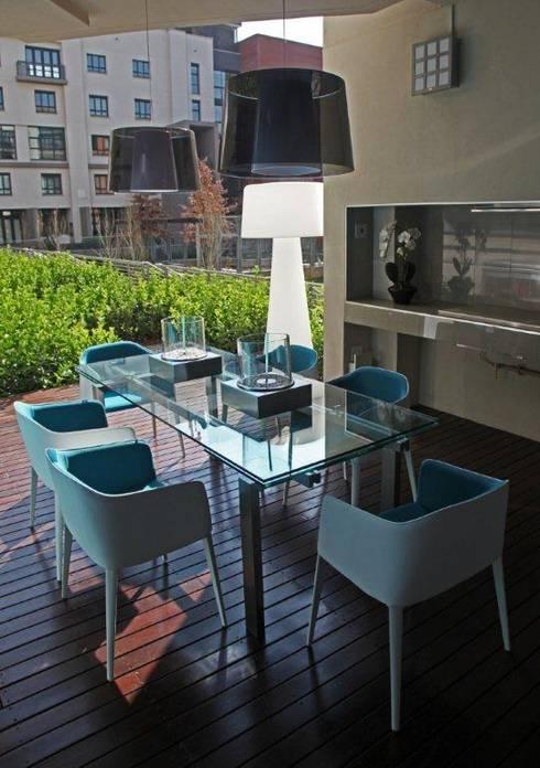 Melrose Arch apartment:  Garden  by Casarredo