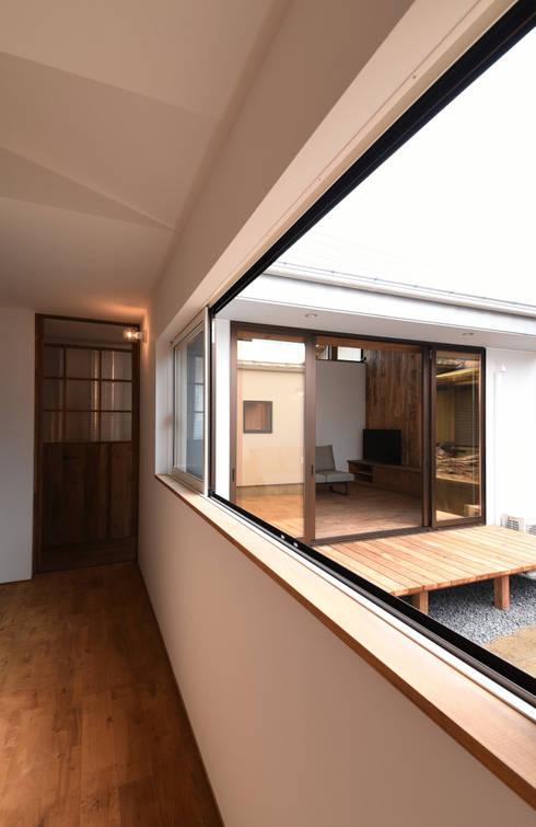 アウトドアが日常になる中庭を囲む家: 加藤淳一級建築士事務所が手掛けた廊下 & 玄関です。