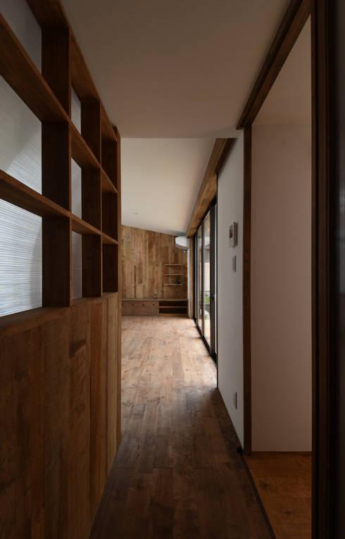 アウトドアが日常になる中庭を囲む家: 加藤淳一級建築士事務所が手掛けたリビングです。