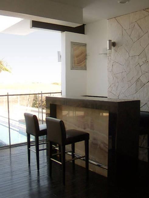 Bar / cava : Cavas de estilo mediterraneo por 360arquitectura